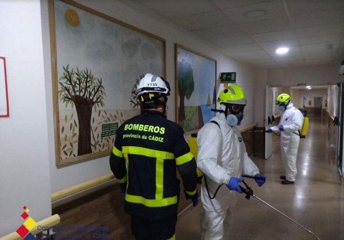 Bomberos desinfectan centros de mayores y de salud de varios municipios