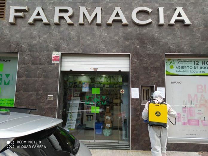 Desinfectan los accesos a las farmacias de Cádiz