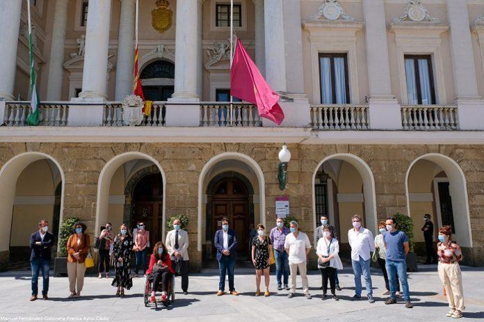 Cádiz se suma al silencio por las víctimas del covid-19
