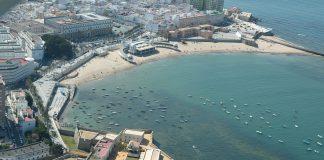 Chiclana abre las playas para la práctica deportiva y paseos en la arena