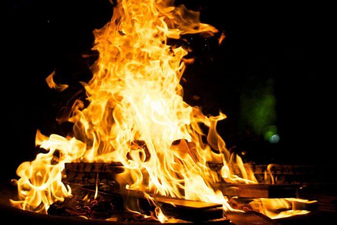El coronavirus arde en forma de Juanillo en la gaditana Noche de San Juan