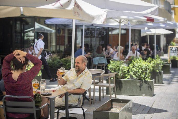Aforo del 100% en terrazas y del 75% en interior de bares a partir del domingo en Cádiz