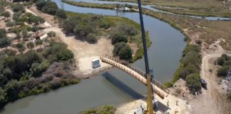 La instalación de un puente sobre el arroyo de la Madre Vieja, junto al rio Guadarranque, es un avance importante en el tercer tramo del carril bici que une las barriadas de la Estación y Guadarranque