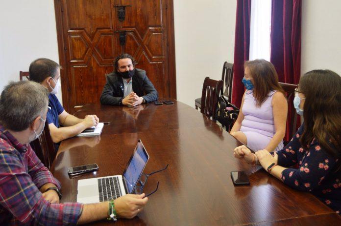 Gallardo entre equipos informáticos en Medina.