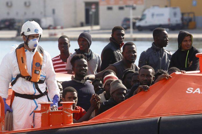 Personas migrantes rescatadas de una patera. Foto: Álex Zea, Europa Press.