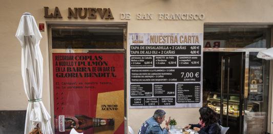 Cruzcampo apoya los bares de Cádiz con #FuerzaBar a través de sus persianas