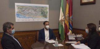 El alcalde de Sanlúcar, Víctor Mora, y el primer teniente de alcalde y delegado de Turismo, Javier Porrúa (Cs), durante la visita de la delegada territorial de Turismo de la Junta de Andalucía, María Jesús Herencia.