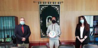 Otorgan el distintivo 'Andalucía, calidad artesanal' al gaditano artesano del vidrio Roberto Lozano